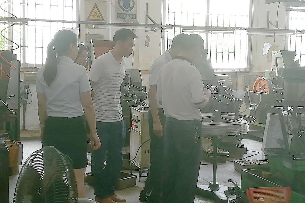 自动化机器设备客户参观世世通螺丝生产一线!